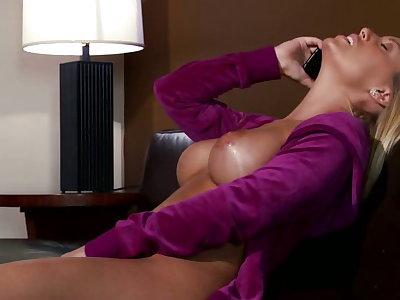 Nicole Aniston likes it big