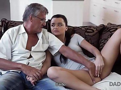 DADDY4K. El viejo satisface las necesidades sexuales de arctic novia de su hijo