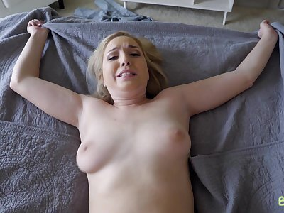 Curvy blonde lay Zoe Parker drops on their way knees to be fucked